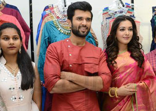 Catherine Tresa, Vijay Devarakonda Launches KML Fahion Mall Photo Gallery