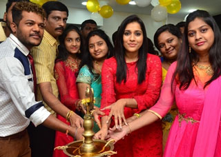 Rashmi Gautam Launches Be You Salon At Kondapur Photo Gallery